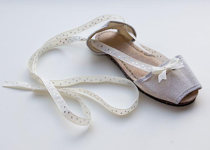 Albarca color plata de lona con cinta blanca de corazones. A partir de 27€