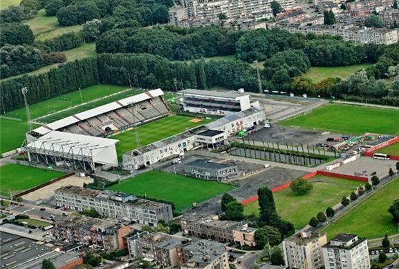 """Het Bosuilstadion ligt in de Deurne (Antwerpen) en is het thuisstadion van Royal Antwerp Football Club. Omwille van de sfeer tijdens enkele interlands België - Nederland werd ook gesproken van """"de Hel van Deurne"""". Het stadion werd geopend op 1 november 1923. Het hoofdgebouw en de overdekte hoofdtribune dateren nog uit 1923. Het stadion werd in de jaren 80 en 90 om veiligheidsredenen gedeeltelijk vernieuwd. De capaciteit bedraagt nu 16.649 plaatsen."""