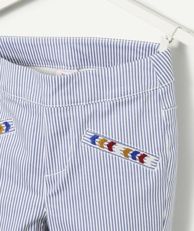 LE TREGGING RAYÉ BLANC ET BLEU :                     Nouveauté ! Ce produit est au même prix du 2 au 14 ansOn craque pour ce tregging qui ira parfaitement avec une chemise écru !            LE TREGGING, coupe étroite, taille ajustable, broderies, 2 poches à l'arrière.