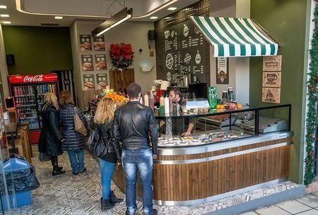 Από τα πλέον αγαπημένα street food του πλανήτη, το hot dog έχει βρει την καλύτερη ελληνική εκδοχή του στα καταστήματα του HOT DOG KING! Μοναδικές συνταγές, αυθεντικές γεύσεις, ευχάριστο περιβάλλον και ατμόσφαιρα. Τα HOT DOG KING προσφέρουν customized... hot dog και το πλέον gourmet σάντουιτς με λουκάνικο.