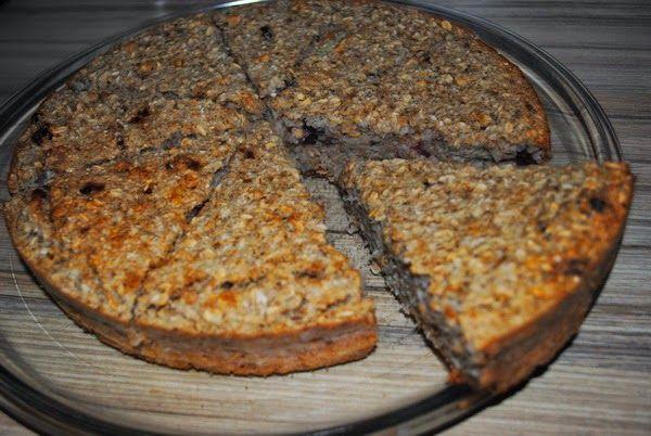 Ovesný fitness koláč - 300g ovesných vloček, voda, 2 banány, sušené ovoce, med, ořechy