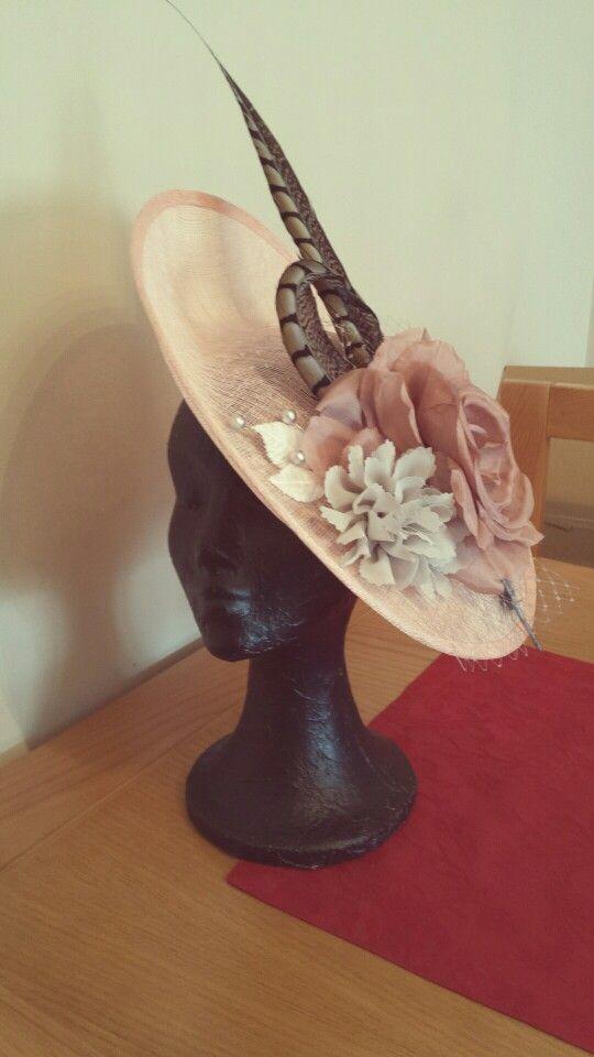 Pamela sinamay rosa palo con flores de seda plata y rosa, hojas terciopelo, velo rejilla y plumas faisan