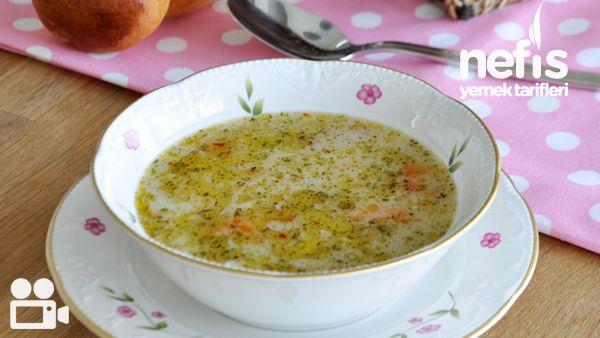 Пилешка супа с фиде Вода Производство   \2 парчета пиле бедрото 1 морков 1 глава лук 2 скилидки чесън сол 15-20 паста бар за образованието  3 супени лъжици кисело мляко 2 супени лъжици брашно За топинг  2 супени лъжици масло 1 чаена лъжичка мента Половин чаена лъжичка червен пипер