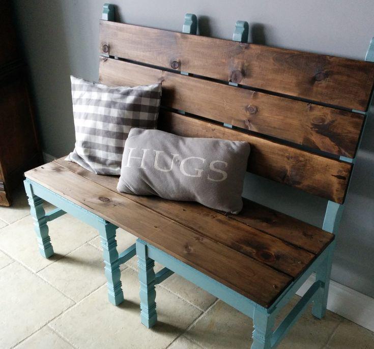 Für einen rustikalen Look befestigen Sie zwei alte Stühle und beenden Sie sie mit einem Holztopper. Wenn Ihre alten Stühle neues Leben brauchen, werden sie mit einer Sprühfarbe aufgetragen …