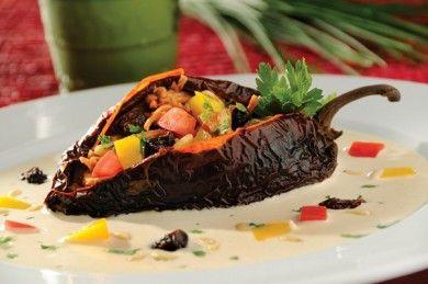 Chiles anchos rellenos de carne con salsa de almendras