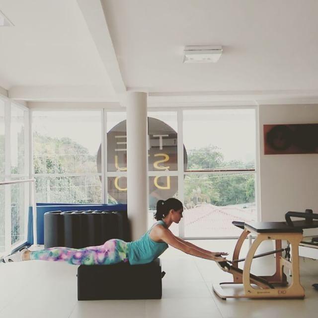 Progressão da Extensão de coluna + Swimming. Trabalha a musculatura posterior da coxa, glúteos, costas e tríceps. #pilates #pilateslovers #pilatesfuncional #força #pilatesparaatleta #controle #control #core #funcional #condicionamento #conditioningfordancers #condicionamentoparadançarinos #manaus #pilatesmanaus #thestudiomanaus #ballet #natação #swimming #extensãodecoluna #saude #spine #powerhouse #pilatesbrasil #qualidadedevida #bemestar #menteecorpo #corpo #corpoemovimento #movimento…