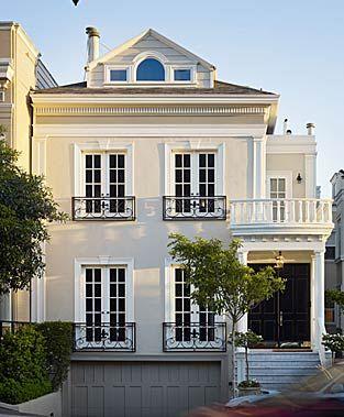 krém színű épület fehér ablakkerettel