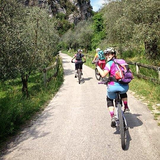 Have you ever seen 40 girls together on a mountain bikes with backpack on the shoulders knee guards and having fun down the trails??? This happened yesterday at the first italian @srammtb women workoshop. It will be possible to ride together the 19th of June with the ONLY GIRLS IN THE CLUB in Montecreto and the 26th of June with WOW ride in Canazei. See you soon girls!!! - - - Avete mai visto 40 ragazze munite di mountain bike zainetto e ginocchiere che insieme si diverto sui sentieri???…