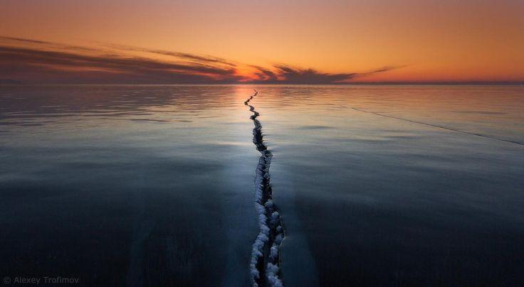 Лед на озере Байкал. Россия