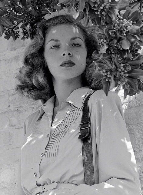 gatabella:Lauren Bacall, 1945