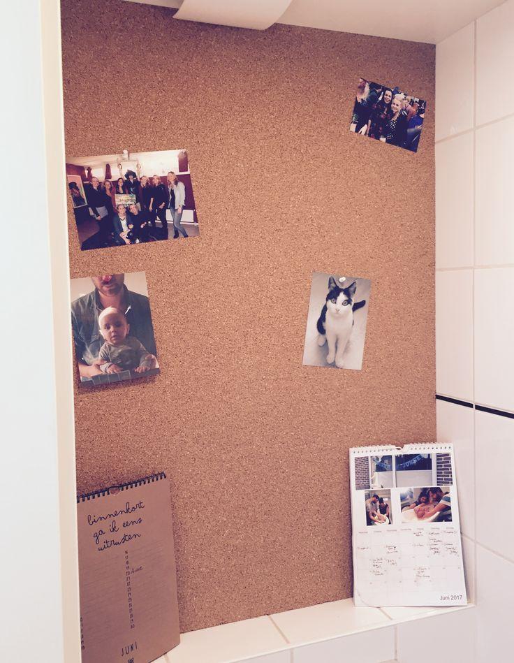 Prikbord op achterwand toilet. kurk / prikbord / cork / bulletin board / wall