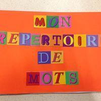 Voici un petit aperçu de notre répertoire de mots...     Format A5  Nous y mettons la majorité du vocabulaire étudié en classe.   Nous avons commencé par y coller toutes les lettres...