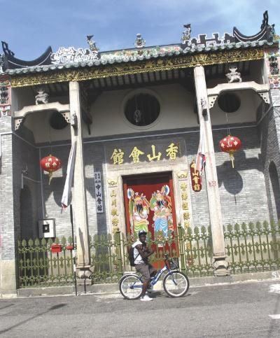 This Cantonese clan association house was magnificently restored in 2012. The clansmen originally came to Penang from the Heong San district of Southern China. It is located at the junction of Lebuh Gereja and Lebuh King, forming part of a row of Cantonese temple buildings. The original name plaque is above the front entrance door while the new name Chong San Wooi Koon inscribed on panels at each side of the door with striking door paintings of the Warrior Gods.