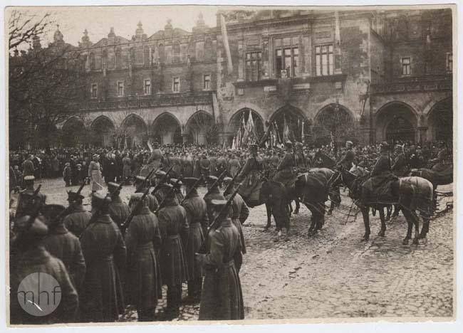 Uroczystości 3 maja na Rynku Głównym w Krakowie. Fotografia ze zbiorów MHF wykonana w 1919 roku.