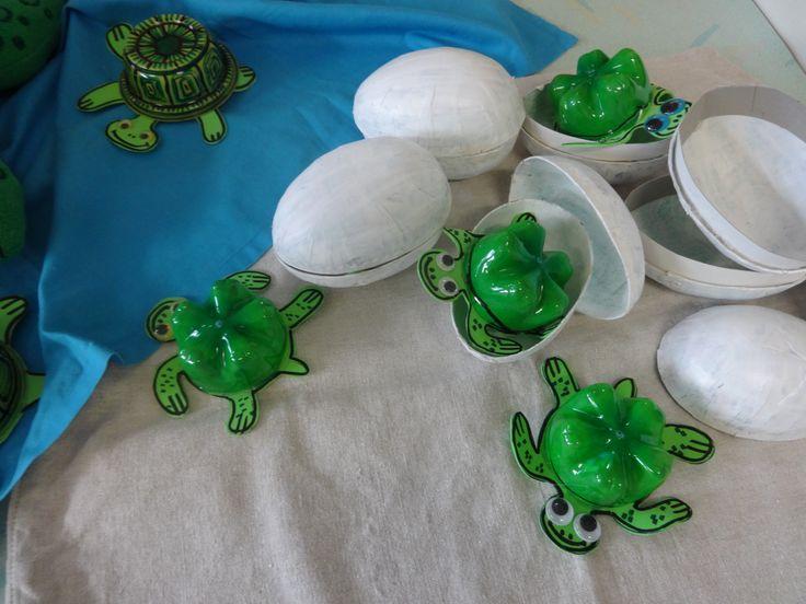 schildpadjes kruipen uit hun ei tevoorschijn.