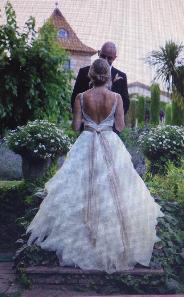 Dulce novia con escote en espalda.