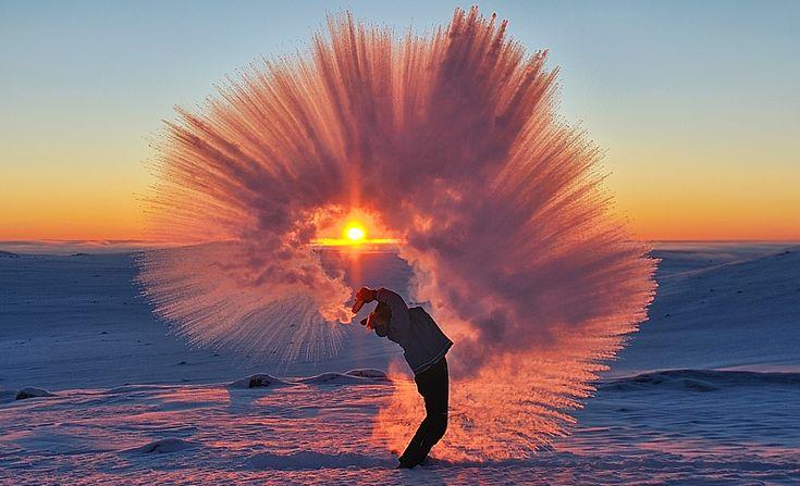 Фотографу из Онтарио Майклу Дэвису удалось сделать потрясающий кадр, когда его напарник выплеснул горячий чай из термоса при температуре -40 градусов. При такой низкой температуре вода, а особенно мелкие брызги, замерзают мгновенно, оставляя за собой невероятный ледяной шлейф. Фото было сделано в 20 км от Северного полярного круга,