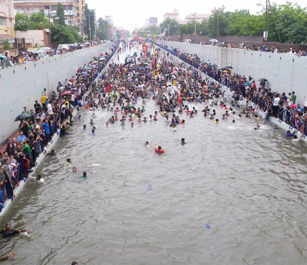 http://i4.dainikbhaskar.com/thumbnail/600x519/web2images/www.divyabhaskar.co.in/2013/09/25/1915_rajkot_1.jpg