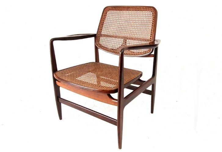 Poltrona Oscar Niemeyer. Criado em 1956 por Sergio Rodrigues, o móvel tem estrutura de madeira maciça, assento e encosto de palhinha natural e braços esculpidos com desenho anatômico