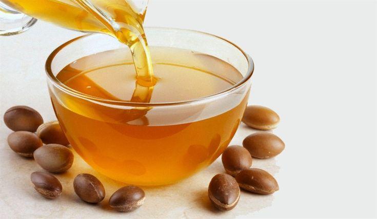 SCRUB LABBRA LIMONE E OLIO DI ARGAN  A base di questa ricetta c'è uno dei miei grandi amori: l'olio di Argan, non per nulla chiamato l'oro del deserto :-D!  2 cucchiaini di zucchero di canna 2 cucchiaini di zucchero raffinato 1 cucchiaino di olio di Argan 1 cucchiaino di miele 1 cucchiaino di succo di limone L'olio di Argan ha elevatissime proprietà idratanti, ideali per ammorbidire le labbra!