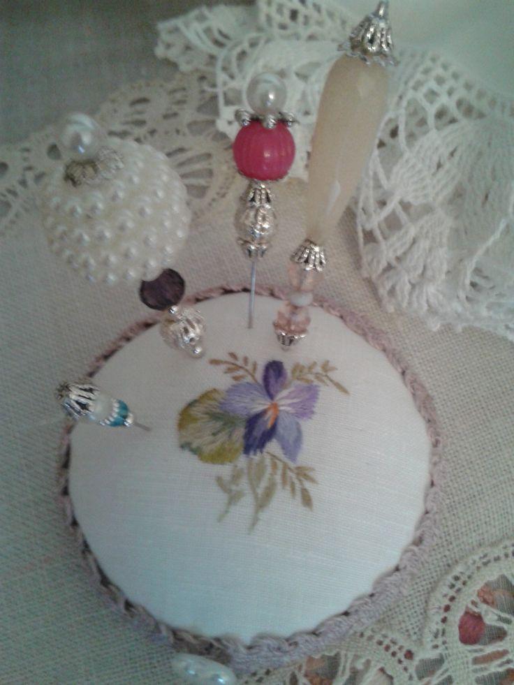 Puntaspilli con violetta ricamata a mano