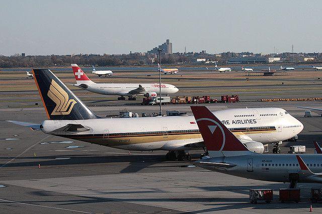 SINGAPORE AIRWAYS, BOEING 747, 9V-SPG, at JFK, New York, USA. Nov 2008