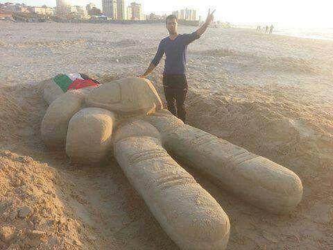 الفنان اسامة سبيتة على شاطئ غزة