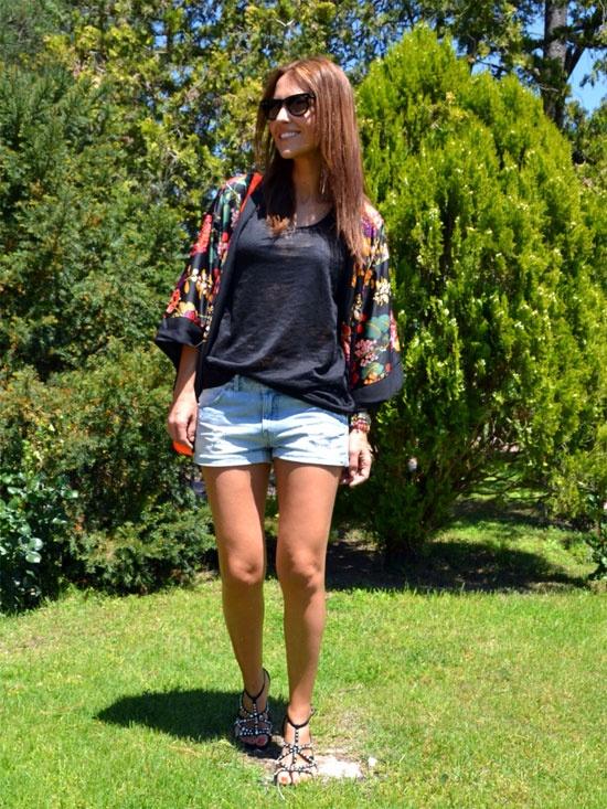 Shorts denim+Camiseta negra+Kimono flores