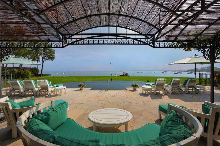 Красивая терраса с панорамным видом на океан