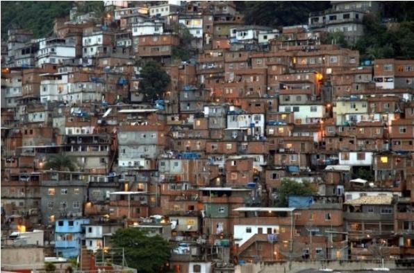 브라질의 리우데자네이루 의 파벨라 빈민가. 이 곳을 처음 알게 된 것은 몇일 전 티비에서 방송된 다큐멘터리 덕분이었다. 마침 주거지에 관련하여 과제를 하는 나로서는 이런 주거지의 변화에 대한 내용에 관심을 가질 수밖에 없엇다.  이 모습은 파벨라 빈민가가 범죄의 소굴이자 가난한 사람들의 집촌으로서 경찰도 쉽게 접근하지 못할 만큼 무서운 주거지 였을때의 삭막한 모습이다.