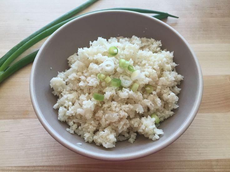 en lekker koolhydraatarm voor- of bijgerecht, bloemkool rijst. Dit bloemkool recept kan je in de oven of koekenpan bereiden. Een leuke koolhydraatarme vervanger voor rijst!