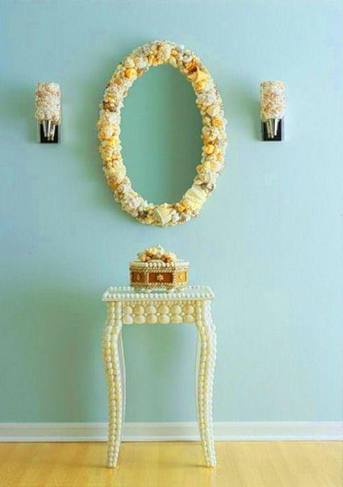 Зеркало и туалетный столик, декорированные ракушками