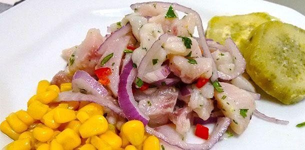 Receita bem simples de ceviche clássico com peixe branco para você trazer a gastronomia peruana para sua casa.