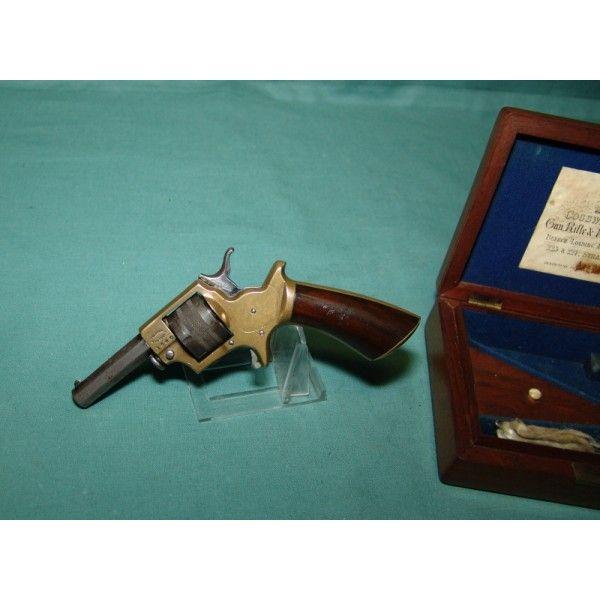 Cogswell & Harrison, sedmiranný revolver v kazetě, ráže .22 - Prodám Nádherný historický revolver renomované (a dodnes existující) firmy Cogswell & Harrison (Velká Británie). Revolver byl vyroben v ráži .22 SHORT, válec je sedmiranný. Zbraň (pokud lze takto tuto nádhernou hračku nazývat) je plně funkční, vše pracuje jak má včetně časování válce. Hlaveň hladká a lesklá, drážkování výrazné. Na ocelových částech zbraně originální brynýr s hezkou patinou. Mosazné části nepodřené, rovněž pěkně…