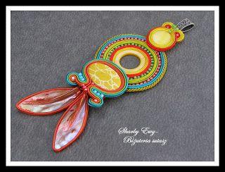 #sutasz #soutache #biżuteria #jewellery Długi i niesamowicie kolorowy wisior, wykonany z połączenia trzech sutaszowych elementów, zakończony listkami z masy perłowej...Niczym amulet dodaje duuuuuuużo pozytywnej energii oraz uroku
