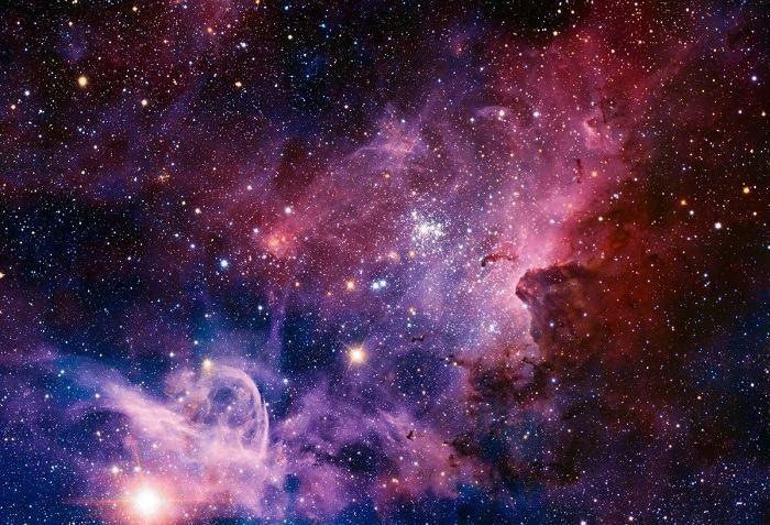 Nebulosa Carina    Esta nebulosa, localizada a cerca de 6.500 anos-luz a partir da Terra, é um sistema composto de poeira, gás e estrelas jovens recentemente formadas.