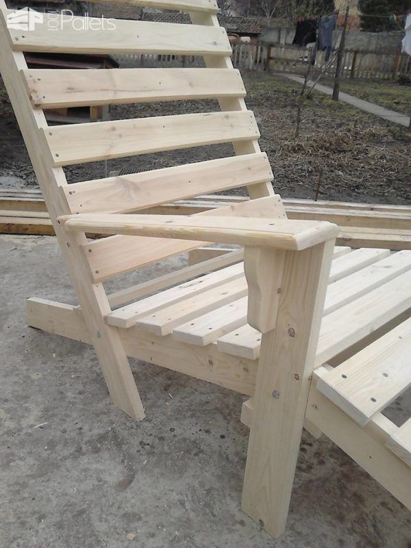 Relaxing Outdoor Pallet Chaise Lounge Chair