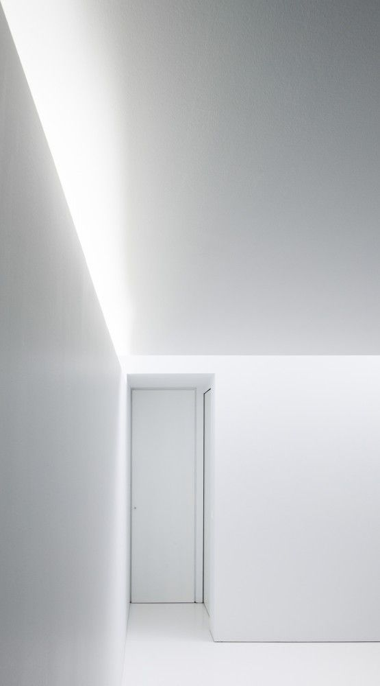 The subtle play of light inside an all-white interior. Office + Apartment by Brelgian architects AST 77.