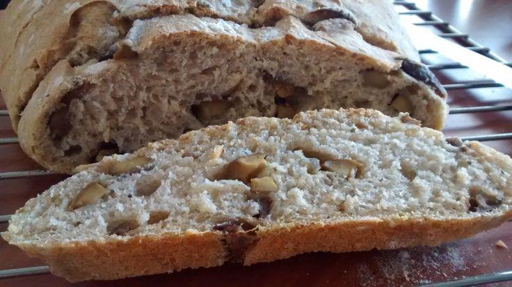 Pan de aceitunas con laurel, orégano y romero.