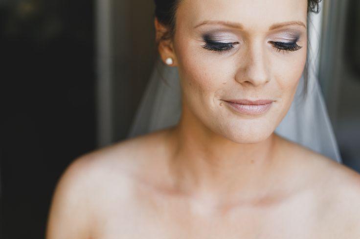 starkes make-up, auffälliges braut make-up, focus auf die augen, grautöne