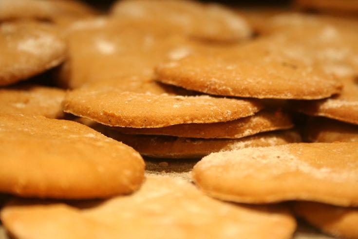 Oppskrift på Glutenfrie pepperkaker uten melk og egg som ikke flyter utover, men blir sprø og og smaker godt! Enkle å lage.