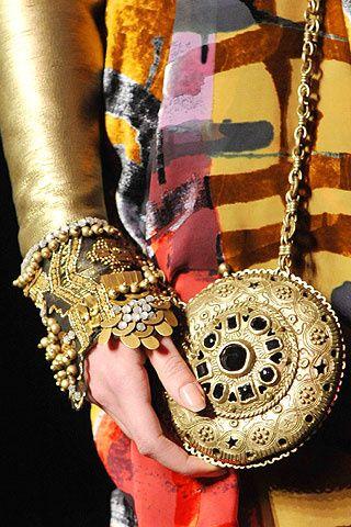 Christian Lacroix diseña un sofisticado bolso gold redondo, metálico y de inspiración india.