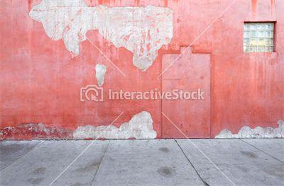 Mimo że odrobinę wysłużona, to w swej pastelowości urokliwa #architektura #budynki #pastelowa #ściana #drewno #zakątek #zacisze