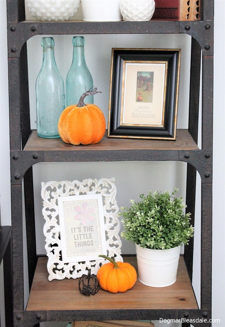 Welcome to the Blue Cottage Fall Home Tour 2017 - come on in! I combined a lot of my vintage and thrifted items in our cozy cottage. #cottage #fall #home #tour #2017 #farmhouse #shelf
