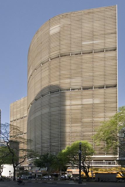 """O Copan é um dos mais importantes edifícios da cidade de São Paulo. Descrito como tendo """"linhas sinuosas e elegantes"""", foi projetado por Oscar Niemeyer. É bastante conhecido por sua geometria sinuosa, que lembra uma onda. Tem 115 metros de altura, 35 andares (incluindo três comerciais), além de dois subsolos, e cerca de dois mil residentes. Possui 1 160 apartamentos distribuídos em seis blocos, sendo considerado o maior edifício residencial da América Latina."""