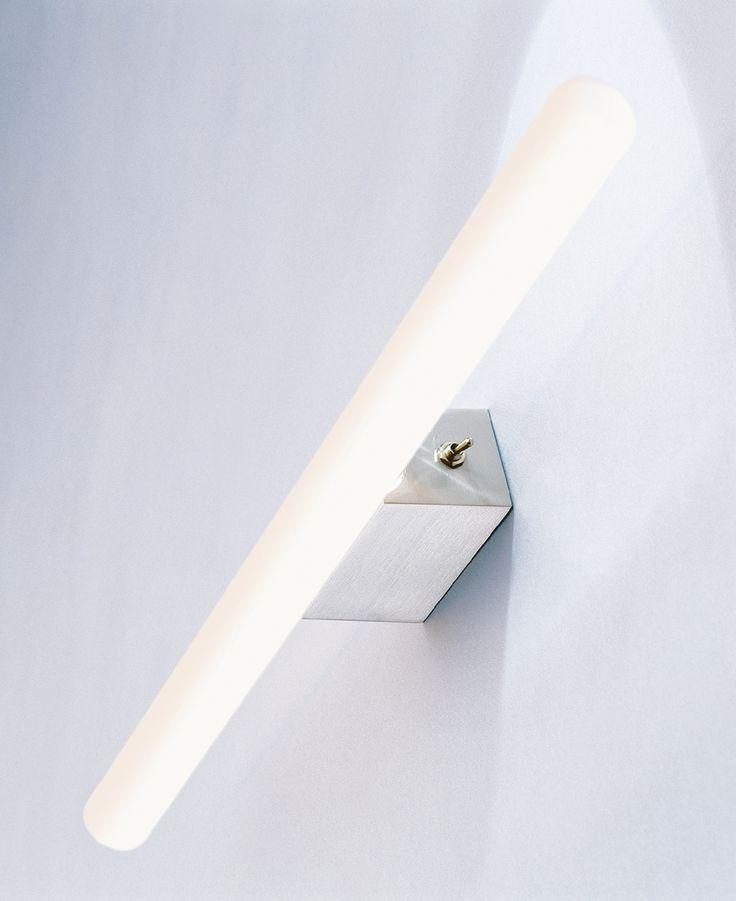 Die Lichtstange gehört wohl zu den schönsten Spiegelbeleuchtungen. Sie ist sehr schlicht und ihr warmes Licht gibt die menschliche Hautfarbe sehr angenehm wieder. Am Sockel der Lichtstange ist ein kleiner Klippschalter integriert....