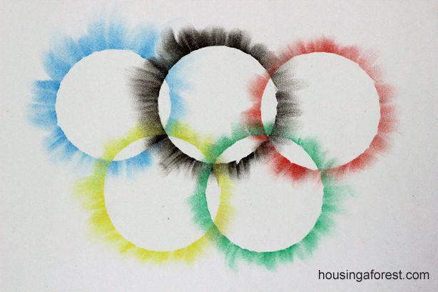Olympic Rings krijt langs de randjes van een ronde vorm, daarna uitvegen op het papier.