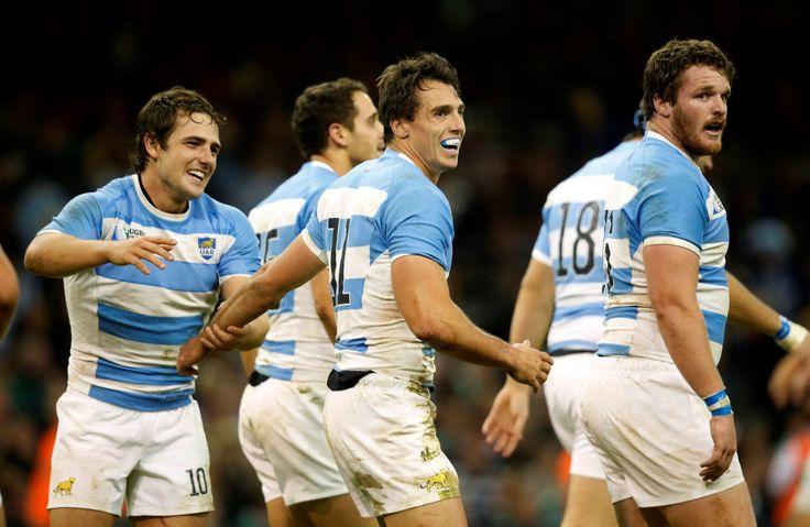 LOS PUMAS A SEMIFINALES. Jugadores argentinos celebran la  victoria frente a Irlanda en el Millennium Stadium, Cardiff. Argentina  ganó el partido 20-43 y pasa a semifinales del Mundial de Rugby 2015. (AP / Tim Irlanda)