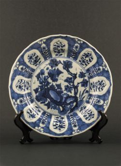 """Blue white """"Kraak"""" style plate. Kangxi (1662 - 1772) Thin """"Kraak"""" style export dish with decor of scholar's rock in garden, cracked ice pattern and auspicious objects to the reverse #antique #chineseporcelain #blueandwhite"""