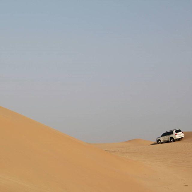 Abu Dhabi Desert Safari. #abudhabi #emirates #exploreemirates #exploreabudhabi #visitabudhabi #visitemirates  #travel #sand #desert #safaridesert #car #bluesky #clearsky #creme #sanddunes #uae #dunebashing